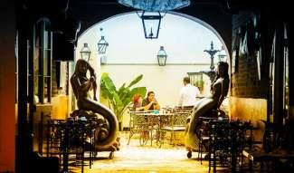 De French Quarter heeft genoeg keuze aan gezellige bars en restaurants.