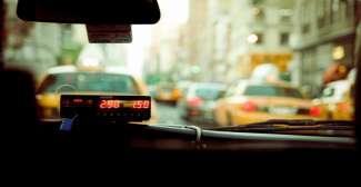 Hier ziet u de taximeter in een taxi.