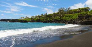 Zwarte zandstrand van Maui