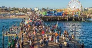 De Santa Monica Pier is erg populair bij zowel toeristen als de lokale bevolking.