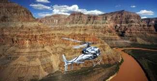 Helicopter in de Grand Canyon boven de Colorado River