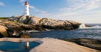 Peggy's Cove Lighthouse is een populaire bezienswaardigheid in Nova Scotia.