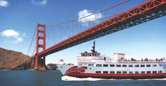 Cruise boot vaart onder de Golden Gate Bridge