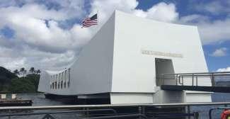 Het USS Memorial in Pearl Harbor is een indrukwekkend monument die u per boot  bereikt.