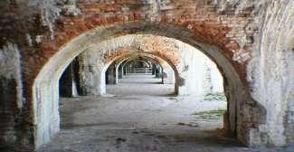 Dit historisch militaire fort staat op Santa Rosa Island wat in de buurt  in de buurt van Pensacola.