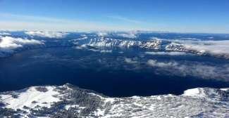Het uitzicht in de winter van Crater Lake National Park.