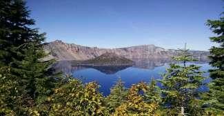Uitzicht in de zomer van het Crater Lake National Park