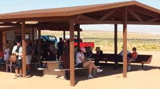 Jeeps vertrekken vanaf een verzamelpunt van de Antelope Canyon tour.