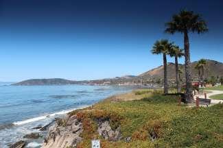 De kustlijn van Pismo Beach bestaat uit strand en rotsen.