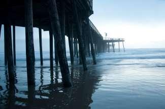 Wanneer u op deze Pismo Beach Pier staat, heeft u een weids uitzicht over de Stille Oceaan en het strand.
