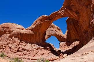 In de buurt van de Double Arch bevindt zich ook de Elephant Butte, Ribbon Arch, Windows, Cove Arch en nog veel meer.