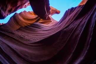 Het uitzicht vanaf de bodem van de Lower Antelope Canyon.