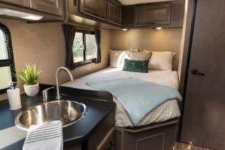 Deze camper biedt ook ruimte voor een tweepersoons slaapplek.