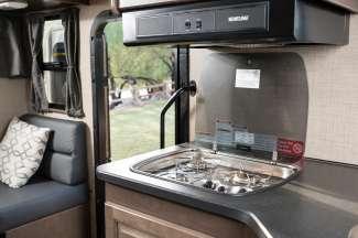 Keuken met gascomfort, magnetron, koelkast.