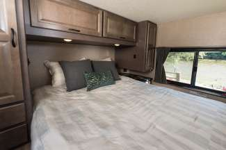 Achterin de camper bevindt zich een tweepersoonsbed.