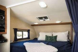 Boven de cabine is een tweepersoons slaapplek.
