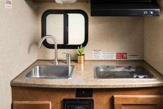 Een praktisch keukentje in de Truck Camper