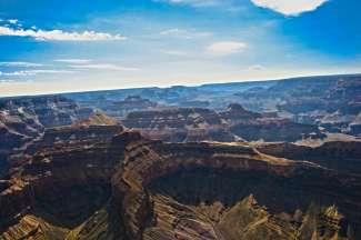Dit is een foto van de Grand Canyon genomen vanuit de helicopter.