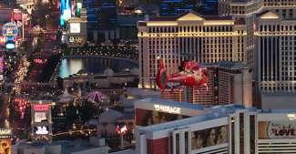 U vliegt over en langs de verschillende hotels van Las Vegas.