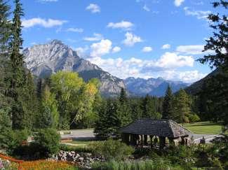 Het oudste nationale park van Canada trekt met veel hoogtepunten.