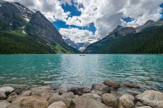 Lake Louise is het meest bekende meer van de Rocky Mountains, gelegen in Banff National Park.