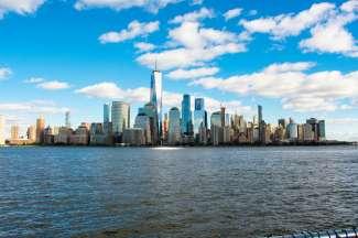 De skyline van Manhattan met het One World Trade Center als hoogste gebouw.