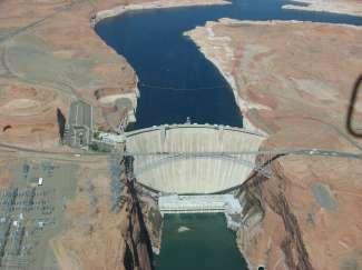 Vliegen in een vliegtuigje over de machtige Glen Canyon Dam.
