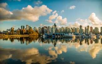 De moderne skyline van Vancouver vanaf de Strait of Georgia.