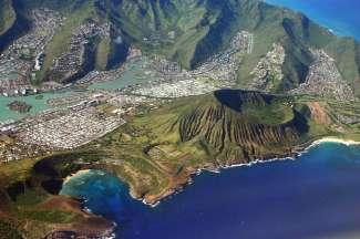 Deze foto is vanaf boven genomen en je ziet Hanauma Bay, de Koko Head crater en Hawaii Kai.