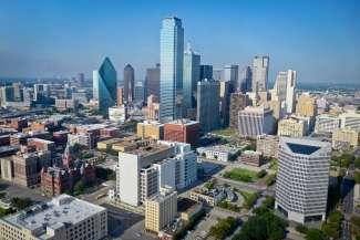 De skyline van Dallas overdag.