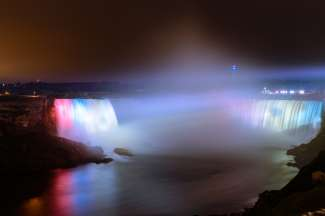 Die Niagarafälle liegen an der Grenze zwischen der kanadischen Provinz Ontario und dem US-Bundesstaat New York.