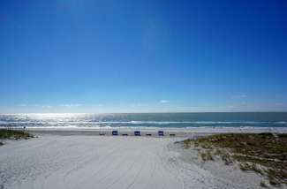 Dit is het uitzicht vanaf het hotel op het strand.