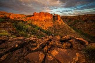 Aan de rode rotsstroken kunt u de miljoenen jaren aan geologische geschiedenis zien.