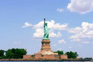 Het Statue of Liberty en kunt u per ferry vanaf Manhattan bezoeken.