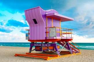 Deze kleurrijke lifeguard huisje staan op het strand van Miami.