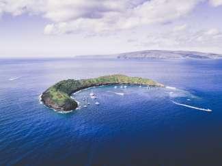 De vulkanische krater Molokini is de ultieme snorkellocatie en ligt ca. 3 mijl van de zuidwestkust van Maui.
