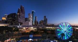 Houston met in de voorgrond het reuzenrad van het aquarium.