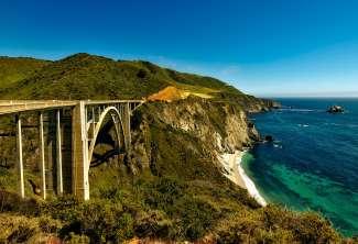 De Bixby Bridge op de Highway One route aan de Pacific Coast Californië.