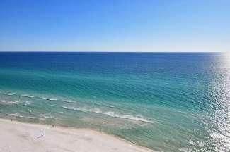 Parelwitte eindeloze stranden in St. Pete Beach aan de Golf van Mexico in Florida.