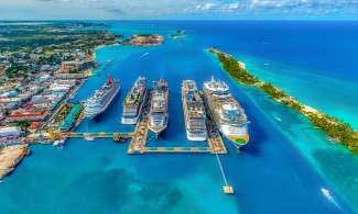 In de haven van Nassau is het een komen en gaan van cruiseschepen.