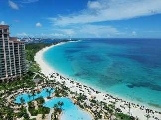 Het parelwitte strand van Paradise Island, een schiereiland net buiten Nassau.