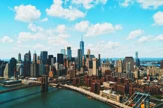 De skyline van Manhattan met de Brooklyn Bridge.