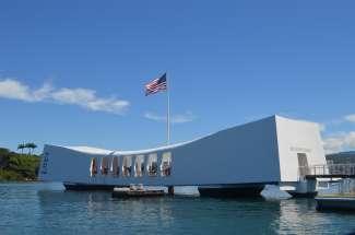 Het Pearl Harbor National Memorial herdenkt mensen die gedood zijn tijdens de Japanse aanval op Pearl Harbor.