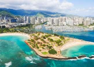 Waikiki Beach in het zuiden van Oahu heeft een prachtige kustlijn met vele strandhotels.