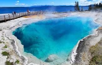 Yellowstone National Park ligt voor het grootste gedeelte in Wyomin. In de staat Montana en Idaho bevinden zich kleinere gedeeltes.