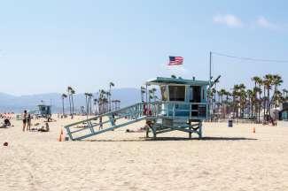De beroemde blauwe strandhuisjes op het strand van Los Angeles.