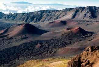 Bezoek Haleakala National Park bij zonsopgang om getuige te zijn van een magnifiek kleur- en lichtspel.
