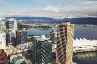 De stad Vancouver ligt aan de Straat van Georgia in British Columbia.