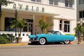 Er staat vaak een prachtige oude auto voor het Avalon Hotel in Miami Beach.