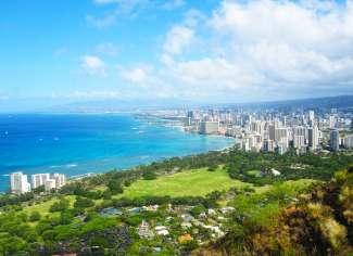 Vanaf Daimond Head Crater heeft u een spectaculair uitzicht over de kustlijn van Waikiki Beach.